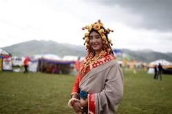 보석으로 만든 화려한 장신구를 한 티베트 전통의상