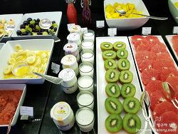 베를린 월도프아스토리아 호텔 조식의 인기 있는 메뉴와 로비의 사과는?