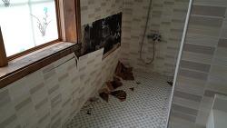 엄청난 습도에 화장실 타일 배부름 현상, 시트지로 임시조치