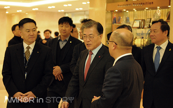 2017년 새해맞이로 앰코코리아 광주공장을 방문한 문재인 대통령