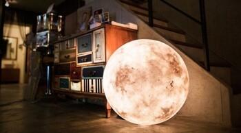 보름달을 집 안에서 볼 수 있는 보름달 모양의 할로겐 램프 Luna