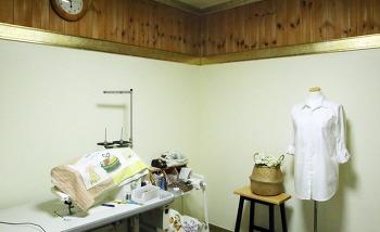 벽지에 페인트칠하기-새로운 재봉작업방 꾸미기