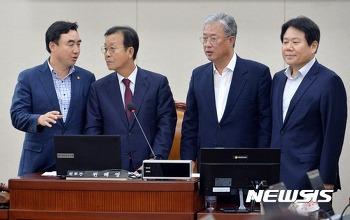 [뉴시스] 나란히 선 원혜영 정치개혁특위원장과 여야 간사