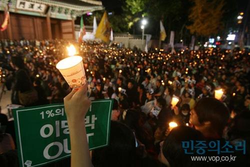 한미 FTA 비준안이 국회 처리로 여야 대치 국면인 5일 저녁 서울 태평로 대한문 앞에서 한미FTA 비준 저지 국민촛불 대회에서 수많은 시민들이 촛불을 밝히며 구호를 외치고 있다.