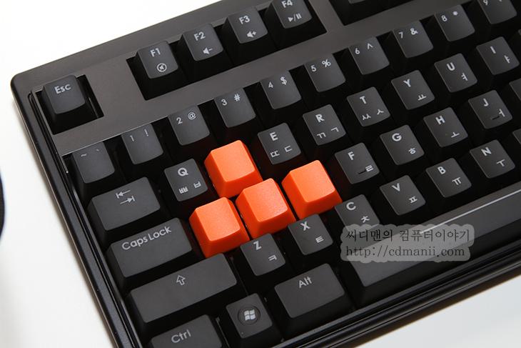 기계식 키보드 추천, 제닉스, TESORO M7, M7, 블루, LED, 사용기, 후기, 리뷰, review, SE, 세컨드 에디션, 입문용, 독일, 체리사, MX, 키, 스위치, Key, 무한동시입력, 고스트, 마우스, 청소, 붓,입문용 기계식 키보드 추천 제닉스 TESORO M7 LED SE  기계식 키보드라고 하면 타자기처럼 큰 소리가 나는 키보드를 먼저 떠올리는 분도 있을겁니다. 저도 처음에는 그랬으니까요. 소음이 크다는 점은 단점이라고 할 수 도 있지만 그 이외에 기계식 키보드는 여러가지 장점을 가지고 있습니다. 독일 체리사 MX 키를 사용하므로서 각키는 수명이 길고 각 키마다 회로가 분리되어 있어서 동시에 아주 많은 키의 입력을 허용합니다. 덕분에 게이밍을 하는 분들은 모니터를 바꾸고 마우스를 바뀐뒤 결국 기계식 키보드로 바꾸게 되죠. 제닉스 TESORO M7 LED SE는 클릭 , 넌클릭, 리니어의 여러가지 키타입을 지원합니다. 이것은 키캡을 볏겨 봤을 때 색으로 구분이 됩니다. 적축 청축 갈축 흑축 이렇게 구분을 보통 하죠. 어느것이 제일 좋냐고 묻는다면 답은 없습니다. 사용자의 여러가지 기호에 맞게 나온것이 키탑입 이기 때문입니다.  사용자에게 여러가지 마우스를 주더라도 사용자마다 좋다고 하는 마우스는 모두 다르기 마련입니다. 손의 크기가 다르고 손에 쥐었을 때 느낌도 중요하기 때문에 모두 다른 평가가 나오기 마련인데요. 키보드의 경우도 마찬가지 입니다. 키탭이 낮은 노트북과 같은 타입을 좋아하는 분도 있을테고 가격이 저렴한 키보드를 선택하는 분도, 고가의 기계식 키보드를 선택하는 분도 있을겁니다.  제닉스 TESORO M7 LED SE 클릭(청축) 을 저는 이번에 써보았습니다. 근데 그전에도 이미 제닉스의 TESORO M7 Gaming 를 쓰고 있었기에 별 차이는 없을거라고 생각했지만 느낌에 차이가 좀 있네요. 키의 축은 같은것을 쓰더라도 키캡의 디자인 느낌에 따라서도 미묘하게 차이가 난다는 것이죠.  이전 버전의 경우에는 키캡이 조금 더 저항이 큰 편이었는데 이번에는 키캡의 도색이 변경이 되었네요. 그리고 키보드의 상판 부분의 도색이 변경 되었습니다. 좀 더 매끈해졌네요. 이전의 우레탄 코팅과같은 표면은 물론 만질일은 없지만 촉감이 좀 더 부드러운데 대신 먼지가 뭍으면 잘 닦여나가지 않는 점이 있어서 이번에 변경이 되었다고 합니다. 키보드에 푸른빛이 들어와서 좀 더 디자인적으로 시인성이 좋아진 점 도 있습니다. 물론 키보드를 직접 보고 타이핑할일은 없지만 느낌이 좀 달라지죠.  그럼 지금부터 제닉스 TESORO M7 LED SE에 대해서 알아보겠습니다