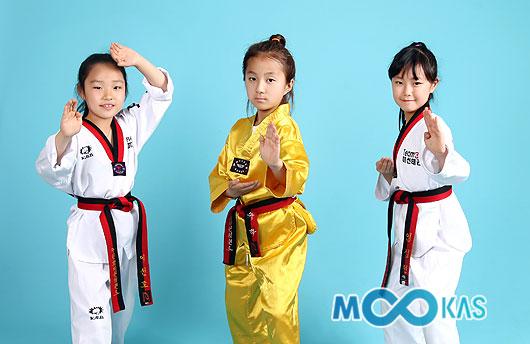 동료 수련생과 태권도 실력을 뽐내고 있는 김유하(가운데)