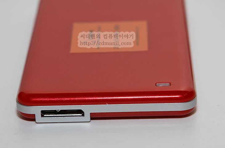 SSD 외장하드, PHINOCOM 1.8인치 64GB SSD 성능편, PHINOCOM, 피노컴, 피노콤, 오앤웍스, 샘플, 리뷰, 후기, SSD, 컴퓨터, IT, 제품리뷰, 성능, 벤치마크, 크리스탈디스크마크, CrystalDiskMark,SSD 외장하드라고 부르니 좀 이상하고 SSD 저장장치라고 불러야할듯한데요. 오늘 소개할 장치는 PHINOCOM 1.8인치 64GB SSD 입니다. 64GB ~ 1TB 까지 제품이 있고 그중에 가장 용량이 작은 64GB 제품입니다. 성능은 꽤 괜찮네요. 물론 USB 3.0에 연결되었을 때 이야기입니다. 읽기 속도는 최고 300MB/sec 를 약간 넘고 쓰기 속도는 90MB/sec를 근접합니다. 용량이 크다면 필요한 데이터를 넣어놓고 백업용으로 쓰기에 적당합니다. 아래에는 PHINOCOM 1.8인치 64GB SSD 의 실제 성능을 윈도우8에서 그래프를 그려가면서 찍은 영상이 있으니 그것도 참고하시기 바랍니다.