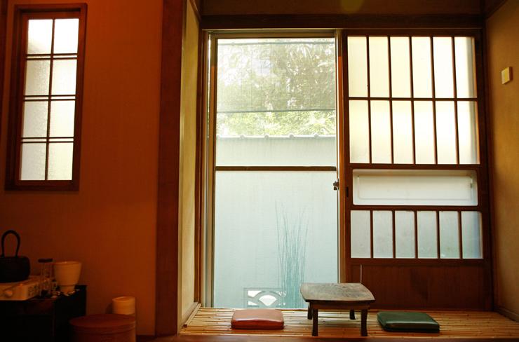 도쿄의 숨은 카페를 찾아, 가구라자카의 여유로운 찻집 아카네야 ...