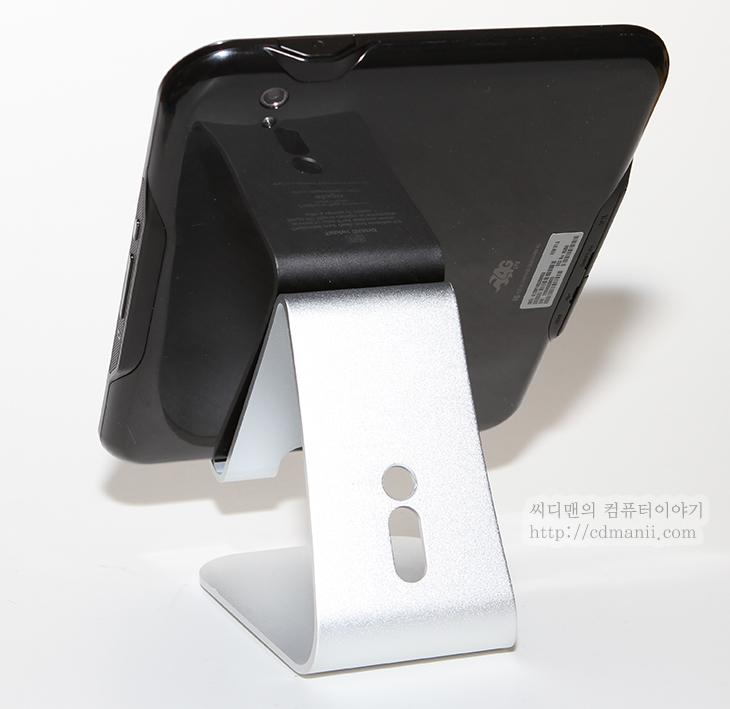 엘라고, 엘라고 P2 STAND, 엘라고 P2 스탠드, 엘라고 P3, ipad, 아이패드, 태블릿, 사용기, 후기, IT, 리뷰, review, 충전, 거치대, 갤럭시S3, Galaxy S3,엘라고 P2 STAND 아이폰 아이패드 갤럭시S3 거치대 사용기  스마트기기를 많이 사용하다보면 좀 튼튼한 스탠드가 하나쯤 필요하게 되죠. 책상에 태블릿이나 스마트폰등을 세워놓고 보기 위해서 스탠드가 필요한데요. 엘라고 P2 STAND는 이럴때 상당히 적합한 물건입니다. 알루미늄 재질로 되어있고 꽤 두꺼운 형태로 되어있어서 견고합니다. 알루미늄이라 그 색 자체만으로도 인테리어 효과를 어느정도 주며, 부식되지 않고 튼튼하다는 장점이 있죠. 엘라고 스탠드는 몇개 더 사용중인데 이제품은 크기는 작지만 견고해서 큰 태블릿이나 스마트폰등 다양하게 올려서 사용이 가능해서 편했습니다. 아쉬운 점도 몇가지 있긴 하지만, 끊어짐이 없는 이어진 형태로 되어있어서 각도조절은 안됩니다. 다만 적당한 각도로 되어있고 스마트폰의 화각은 대부분 커버가 가능한 정도이기 때문에 실제 사용중에 불편함은 없더군요.