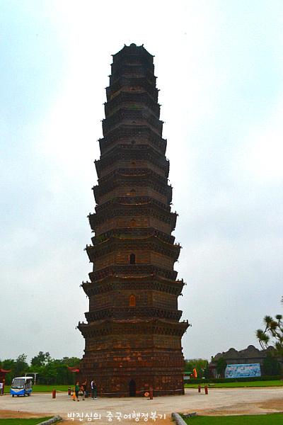 철탑의 높이는 55.88m 13층의 8각 모양으로 세워져있다.