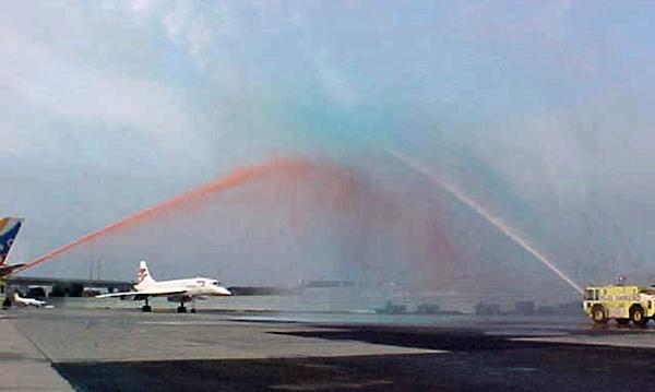 콩코드 마지막 비행 기념 물축포 (Water Salute)