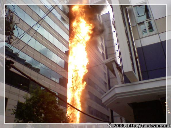 .. 불이 미친듯이 솟아 올랐다.