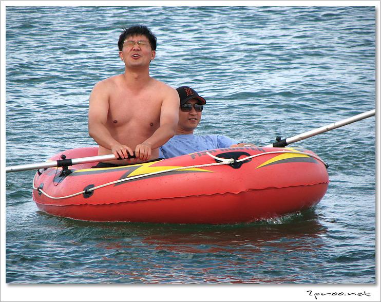 낙산해수욕장, 보트를 젖고 있는 전직 해병대 ㅋㅋㅋ