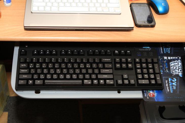 제닉스 기계식 키보드 TESORO M7 Gaming, 제닉스, TESORO, M7, 기계식 키보드 추천, 기계식 키보드, 기계식키보드 추천, IT, 제품, 리뷰, 사용기, 아이락스, 게이밍키보드 추천, 게임키보드 추천, 게임, game, gaming,제닉스 기계식 키보드 TESORO M7 Gaming 를 소개 합니다. 예전에는 LED 빛이 들어오는 기계식 키보드 추천을 해 드렸었는데요. 이번건 빛이 들어오지 않고 USB 와 사운드 관련 인, 아웃젝이 빠졌습니다. 하지만 독일 체리사의 키를 쓴건 똑같습니다. 개인적으로는 LED 버전도 좋지만, 빛이 안나는 버전도 깔끔해서 좋네요. 개인적으로는 무각도 나왔으면 하는 맘이 있습니다. 제닉스 기계식 키보드는 키의 회로가 모두 독립 되어있어서 동시 키 입력을 지원하며, 클릭,리니어,넌클릭의 타입별로 나뉘어진 키를 선택해서 사용이 가능 합니다. 게이머들과 키보드를 많이 사용하는 일을 하는 분들에게 권해드릴 만한 키보드 입니다. 기계식 키보드는 키가 잘 고장나지 않지만 고장나더라도 해당 키만 수리 할 수 있기에 A/S가 가능하다는 장점도 가지고 있습니다.   제닉스 기계식 키보드 TESORO M7 Gaming 는 이름에도 알 수 있듯 게이머들에게 권하는 키보드이긴 하지만 꼭 게이머가 아니더라도 사용 가능 합니다. 제 경우 블로그 때문에 키 입력이 많은데요. 참 편하게 사용하고 있습니다. 클릭 키보드를 사용 하고 있는데 힘을 적게 들이고도 누를 수 있고 타격감이 좋아서 키 누르는 맛이 납니다. 물론 기계식 키보드는 소음이 모두 있는 편입니다. 키의 원리 때문이죠. 기계식 키보드는 생각보다 수명이 길고 가장 많이 사용하는 장치이기 때문에 키보드에 관심을 가진 분들이라면 꼭 유심히 봐주시기 바랍니다.