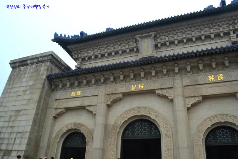 ▲ 계단 위 세 개의 문이 있는 제당(祭堂)