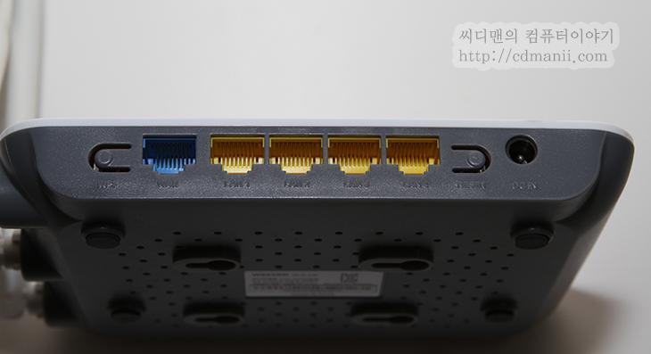 유무선공유기 추천, 유무선공유기 설치, netis WF2409, WeVO W623SR, 비교, 벤치마크, IT, 리뷰, 후기, 유무선공유기 비교 하기, 벤치, review, 안테나, 프로세서, 성능,유무선공유기 추천 netis WF2409 WeVO W623SR 비교 벤치마크  최근에 무선기기들을 너무 많이 사용하면서 유무선공유기에서 유선 속도만큼 무선속도도 중요시 되고 있습니다. netis WF2409 WeVO W623SR 두개의 유무선공유기를 비교 벤치마크를 해보고 한가지를 유무선공유기 추천 제품을 한가지 선택해보도록 하죠. 그전에 제가 사용중이던 유무선공유기도 간이 테스트를 해보도록 하겠습니다.  무선연결 상태에서 먼저 대여폭을 측정해서 최대로 얼마까지 데이터를 전송이 가능한지를 확인해봅니다. 그리고 거리를 달리해서 갤럭시S3의 벤치비 무선전송테스트를 진행합니다. 여러번 반복 테스트를 하면서 시간이 꽤 많이 걸렸네요. 하지만 생각보다는 만족스러운 결과가 나왔습니다. 그리고 가격이 저렴하면서도 괜찮은 제품이 있다는것도 알았네요.  그럼 먼저 외형부터 살펴보도록 하죠.