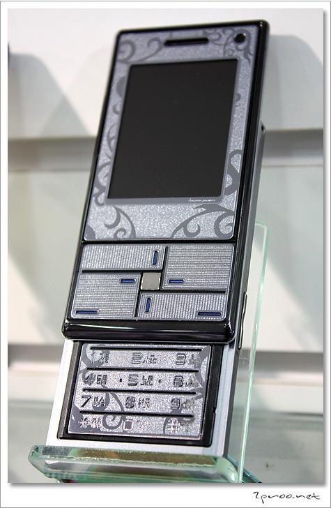 은색 보호필름 부착된 핸드폰