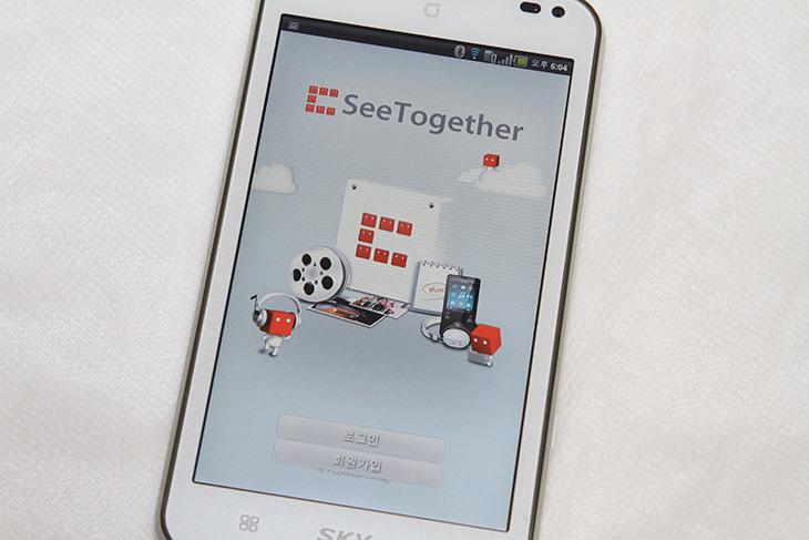 씨투게더 사용 후기, 씨투게더, SeeTogether, Seetogater, See Together, 씨 투게더, 컨텐츠, 공유, 동영상, 사진, 음악, 함께보기, 서버, 뷰어, IT, 제품, 리뷰, 사용기,씨투게더를 사용하면 집에 있는 컴퓨터와 다른 사람들의 공유 컴퓨터가 서버가 되고 자신이 사용하는 스마트폰은 뷰어가 되어 사진이나 동영상 등을 쉽게 공유를 할 수 있습니다. 쉽게 예로 설명을 드리겠습니다. 스마트폰을 하나 좋은걸 가지고 있고 동영상을 자주 넣어서 보는데 동영상 넣고 보고 다보면 다시 또 넣고 보고 시간도 걸리고 귀찮을 수 도 있죠. 이때 씨투게더를 이용하면 자신의 PC의 동영상을 스마트폰에 꼭 넣지 않더라도 가져와서 볼 수 있습니다. 그리고 다른 사람들이 공유한 동영상이나 사진도 볼 수 있으며, 다운로드도 가능 합니다. 쉽게 컨텐츠를 공유하고 함께 보는것이죠. 물론 혼자서도 볼 수 있습니다.  물론 특별한 셋팅을 하거나 NAS 같은 장비가 있을 경우 집안에서 동영상이나 사진 음악을 공유하고 함께 보는게 가능 하긴합니다. 하지만 추가로 비용이 들어가는 문제가 있죠. 지금 있는 컴퓨터와 스마트폰만으로 컨텐츠를 공유하는 방법에 대해서 지금부터 사용기를 통해서 알아보도록 하겠습니다.  참고로 아직은 조금 불편한점이 분명 있습니다. 이부분에 대해서는 따로 글을 적어보도록 하겠습니다.