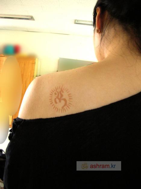 헤나(멘디) 타투 스텐실로 물들이기 2 / 어깨에 OM 문양 얹기