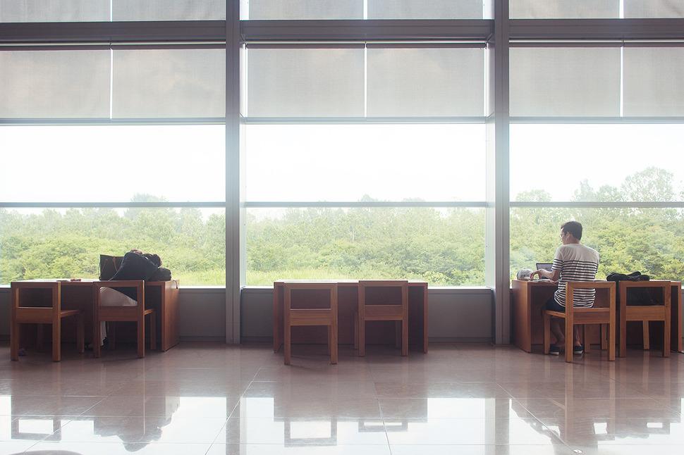 좌측 책상에는 엎어져 잠을청하는 여자분이 있고 우측 책상에는 공부하는 남자가 있다. 그 모습이 대조적이고 재밌어보여 찰칵~^^