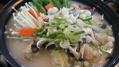 김치 만두와 고기 만두 그리고 채소와 버섯