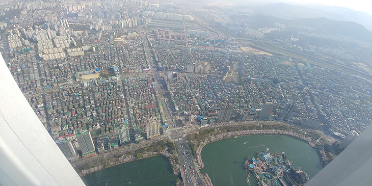 LG G6 ,와이드 화각 ,사진, 롯데타워, 전망대, 사진찍기,IT,IT 제품리뷰,와이프랑 서울에 놀러 갔었습니다. 휴가를 얻어서 어디갈까 하다가 이곳에 갔습니다. LG G6 와이드 화각 사진 롯데타워 전망대 사진찍기를 해 봤는데요. 이 스마트폰은 와이드화각으로 사진 촬영이 가능 합니다. LG G6 와이드 화각 사진은 높은 곳에서 아래를 보고 사진을 찍을 때 너무 괜찮았습니다. 아주 넓고 시원하게 장면을 담아내에서 어디에서 사진을 찍는지 느낌을 확실히 전해주더군요. 그리고 롯데타워 전망대 가봤는데 정말 높긴 하더군요. 또 갈일이 있을까 싶긴 하지만 한번은 와이프가 가보자가 해서 가봤습니다.
