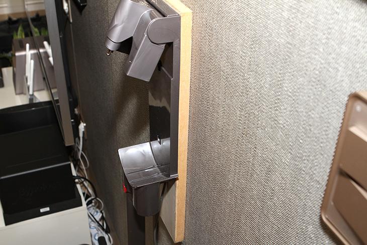 다이슨 무선청소기 거치대, 못안박고, 벽에 붙이기,인테리어, 다이슨,IT,IT 제품리뷰,그동안 어떻게 하는게 좋을까 고민 했습니다. 근데 쉽게 해결이 되었네요. 다이슨 무선청소기 거치대 못안박고 벽에 붙이기를 해보려고 합니다. 이 제품은 손잡이가 있는 본체 부분이 무겁습니다. 그래서 벽에 붙여야 사실 안정적인 형태가 되는데요. 그래서 못을 박아야만 합니다. 나사못이라도 해야죠. 다이슨 무선청소기 거치대 못안박고 벽에 붙이기는 사실 쉽습니다. 양면테이프를 이용하면 되거든요.
