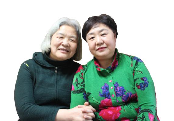 김정은씨와 김부희 후원자님이 팔장을 낀 채 웃고 있다.