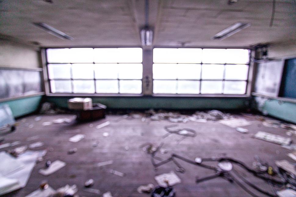 이제는 쓸모없음에 널부러진 교실 잔뜩쌓인 쓰레기로 더 헝클어진 교실.