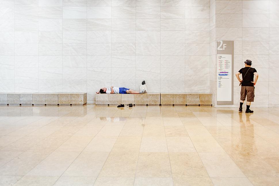 휴일오후 피곤하여 박물관 한켠에 대자로 누워 잠을자는 아저씨와 한심한듯 바라보는 아저씨의 모습이 담겨져있다.