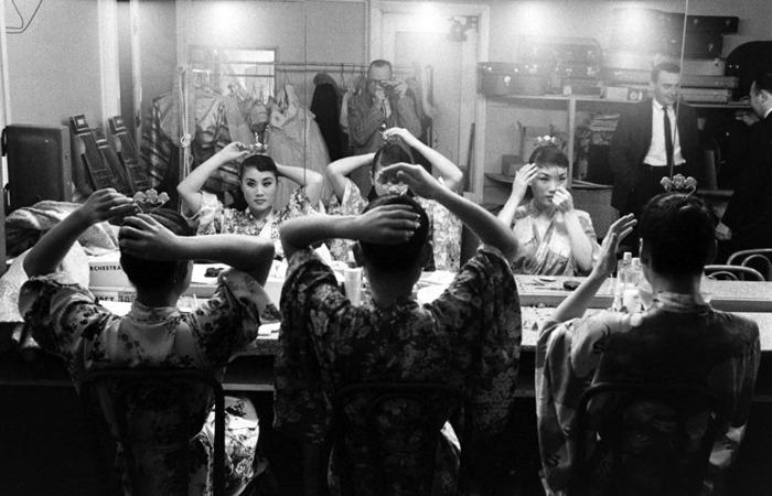 사진: 분장실에서의 김시스터즈. 이들의 모습은 영화 다방의 푸른 꿈에서 다시 볼 수 있다. [한류스타 원조걸그룹 김시스터즈]