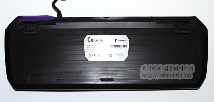 TESORO COLADA EVIL, TESORO COLADA EVIL 사용기, TESORO COLADA EVIL 후기, 사용기, 후기, 리뷰, IT, 알루미늄 기계식키보드, 기계식 키보드 알루미늄, 키보드, 넌클릭, 갈축,TESORO COLADA EVIL 사용 후기를 적기 전에 저는 알루미늄 기계식키보드를 미리 본적이 있습니다. 타이완 컴퓨텍스 2013에서 미리 봤었는데요. 제닉스의 설명으로 알루미늄의 은색의 느낌을 살린 TESORO COLADA SAINT를 봤었는데요. 그것과 함께 TESORO COLADA EVIL 사용해봤었습니다. 알루미늄 외형을 검은색으로 도색을 해둔 버전이죠. 플라스틱을 사용하는 제닉스 TESORO 기계식 키보드는 직각의 기계식키보드에서 벗어나서 조금은 파격적인 모양을 하고 있는데요. 이제는 기존의 플라스틱 외형을 알루미늄으로 바꾼 독특한 기계식 키보드를 내어놓았습니다.  참고로 키캡은 플라스틱입니다. 외부 프레임이 알루미늄이라는 것이죠. 그런 이유로 키보드 타이핑시 손이 차가워져서 타이핑이 어렵거나 그런 문제는 없었습니다. 기존에는 플라스틱 프레임에 무늬를 넣어서 알루미늄 느낌이 났다면 TESORO COLADA SAINT , EVIL은 실제로 알루미늄 외형을 써서 느낌이 상당히 괜찮습니다. 매크로 기능을 더 강화시켜서 프로필 버튼을 통한 복잡한 키입력도 지원하도록 했습니다. 키캡에 LED가 들어오는 부분도 게임 모드에 따라서 여러가지로 빛이 들어오도록 해서 좀 더 키보드 튜닝을 좋아하는 분들의 기호에도 맞췄습니다.