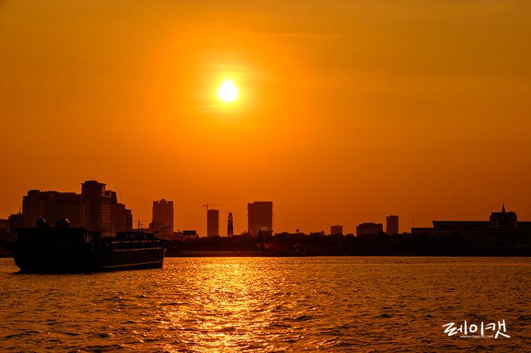 프놈펜 메콩강에서 일몰