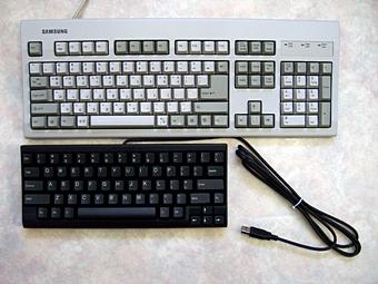 해피 해킹 키보드와 일반 키보드의 크기 비교