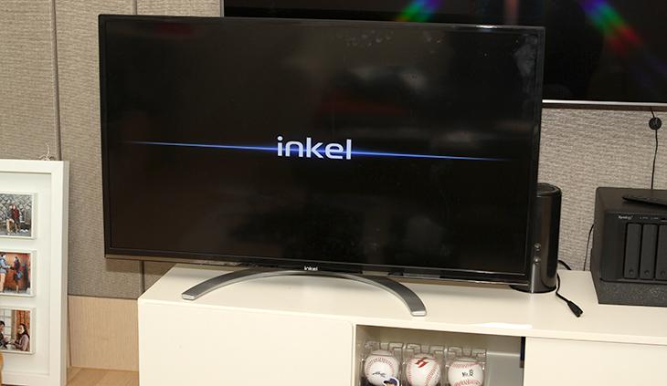 인켈 UHD TV, 40인치 ,인켈 UHD TV 후기 ,INKEL SU40SK 사용기,INKEL SU40SK,INKEL ,SU40SK,인켈 UHDTV,UHDTV,IT,IT 제품리뷰,후기,사용기,인켈 UHD TV 40인치 후기를 준비하면서 INKEL SU40SK 사용을 좀 많이 해 봤는데요. 인켈에서는 40인치와 50인치의 UHDTV를 상당히 저렴한 가격에 내어놓았습니다. 기억을 더듬어봐도 INKEL 하면 떠오르는게 사실 제 경우에는 스피커이긴 한데요. 인켈 UHD TV 40인치 후기를 적으면서 인켈에서도 UHDTV를 준비하는구나 하고 생각을 했었습니다. 스피커 쪽에서는 상당히 전통과 명성을 이어왔고 명품이라는 이미지를 가지고 있는데 TV에서도 그런 모습을 보여줄지 기대가 많이 되었습니다. INKEL SU40SK 사용을 해보면서 느낀점은 TV로 사용하기에는 무난한 성능을 가지고 있다는 것 입니다. 설정도 비교적 간단하게 되어있고 군더더기 없는 디자인과 벽걸이 및 스텐드에 대응하게 되어있고 스피커의 성능도 상당히 수준급 입니다. 스피커는 좌우 10W 돌비사운드가 사용되었는데요. 중소기업의 TV를 처음 켜보면, 스피커의 소리가 조금은 적응이 필요한게 보통인데 인켈 UHD TV는 그런 느낌을 받지 못했습니다. 처음 들을 때부터 소리가 괜찮더군요. 무엇보다 가격이 상당히 저렴합니다.