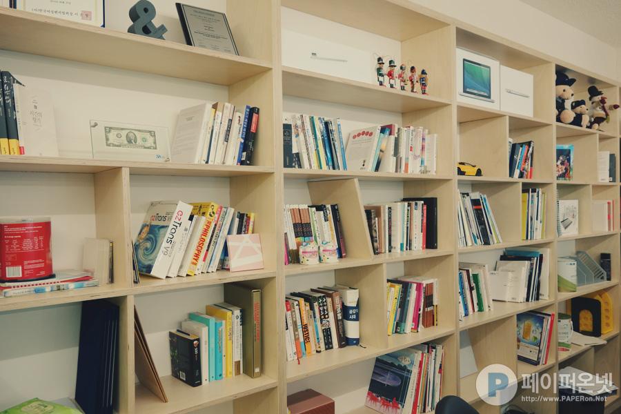 사무실에서 가장 좋아하는 책장섹션. 책 정리 언제 하지?