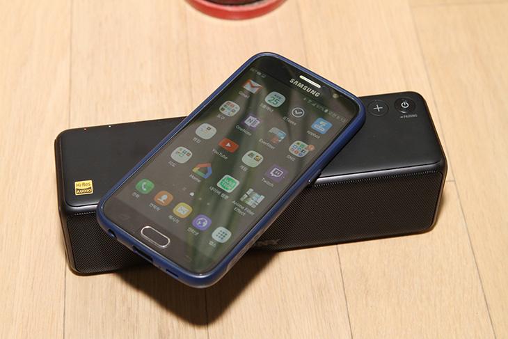 휴대용 스피커 ,소니 SRS-HG1, 스마트폰 사운드, 더 좋게 듣자,IT,IT 제품리뷰,비교적 작고 들고 다니기 편한데요. 그렇다고 사운드가 약하진 않습니다. 휴대용 스피커 소니 SRS-HG1 스마트폰 사운드를 더 좋게 들어보도록 하겠습니다. 790g의 무게와 비교적 작은 사이즈로 작은 가방에도 넣고 다닐 수 있는데요. 휴대용 스피커 소니 SRS-HG1는 블루투스 연결은 물론 USB연결 WiFi를 통한 네트워크 연결 AUX연결까지 지원하는 연결성이 상당히 좋은 스피커 입니다. 그래서 이것을 블루투스 스피커로 소개하면 뭔가 아깝습니다.