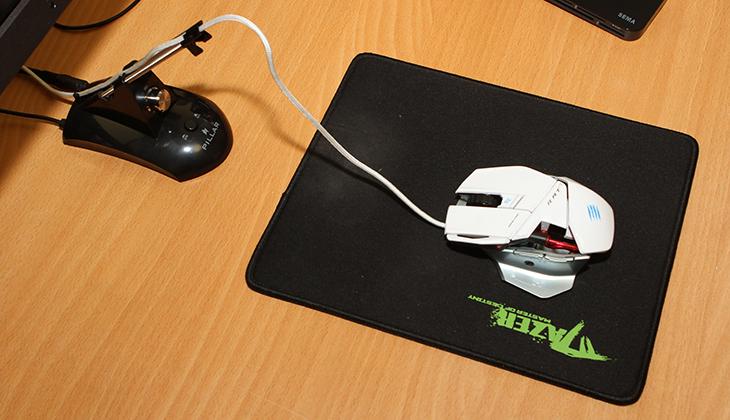 마우스 번지대, PILLAR CA-5000 사용기,PILLAR CA-5000 후기,컴소닉,PILLAR,마우스 번지,IT 제품리뷰,IT,리뷰,마우스 번지대 PILLAR CA-5000 사용 후기를 올려봅니다. 사무용 책상에 마우스를 사용하는 분들이 많이 있을겁니다. 그런데 이 때 가끔 문제가 되는것이 마우스 케이블이 뭔가에 닿거나 또는 줄이 길어서 당김이 있을 때 입니다. 이럴 때 줄이 항상 일정장소에 있게 하는게 마우스 번지대 입니다. 케이블을 바닥과 닿지 않게 약간 띄워주는 역할도 해서 마우스가 다른 부분돠 닿으면서 불편함이 생기는것도 해소할 수 있습니다. PILLAR CA-5000은 마우스 번지대 이외에 볼륨 조절기와 오디오,마이크 단자를 출력하는 역할도 함께 수행 합니다. 볼륨 조절기가 없는 오디오 스피커 등을 컴퓨터에 물려서 사용하셨던 분들도 이 장치를 이용하면 편하게 볼륨 조절이 가능 합니다.