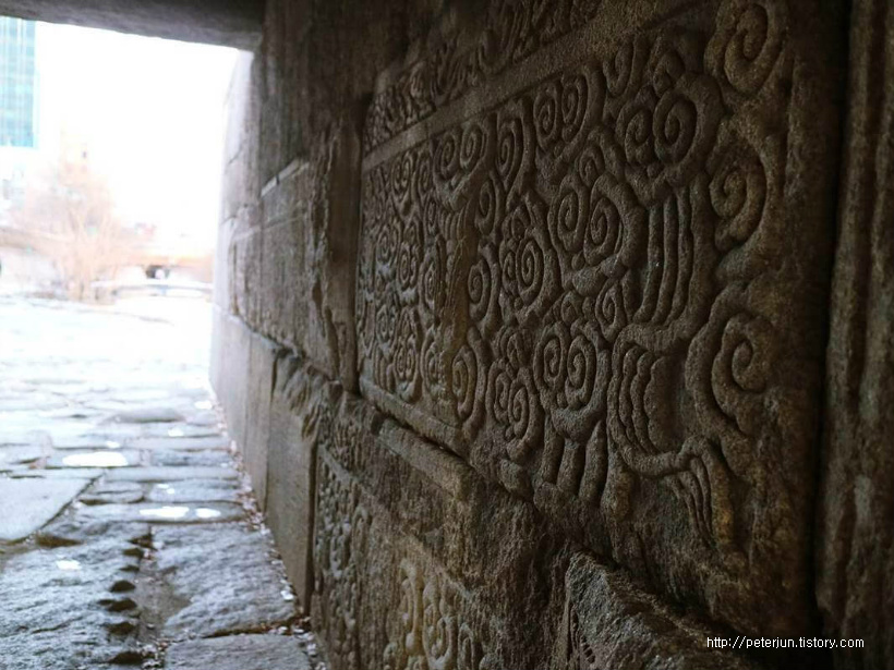 전통 무니가 새겨진 벽