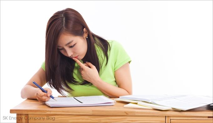 책상 위에서 공부하는 사람의 이미지입니다.