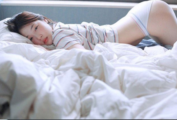 설리 속옷 사진, 인스타그램에 침대에서 노출화보 with 로타 ?