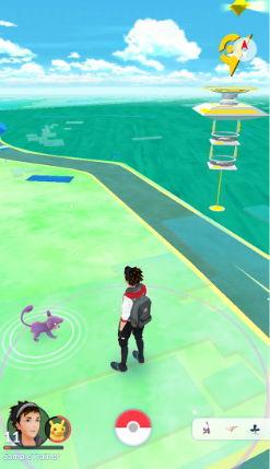 「Pokémon GO」기동 중 포켓몬이 자신과 가까운 곳에 나타나면 스마트폰이 진동하여 알려줍니다.  현실 시간에 연동하여 「Pokémon GO」 의 세계도 낮과 밤의 개념이 있습니다.   맵 위에 나타난 포켓몬을 탭 하면 포켓몬과 만납니다.  화면을 통하여 실제 풍경 위에 나타난 포켓몬에게 화면에 있는 몬스터볼을 스와이프하여 던지면 잡을 수 있습니다.