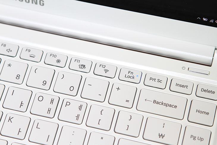 삼성 ,노트북9, Always ,실제로 ,써볼때 ,편리한 점,장점,IT,IT 제품리뷰,실제로 사용을 계속 해봤는데요. 그러면서 괜찮은 점을 모아봤습습니다. 삼성 노트북9 Always 실제로 써볼때 편리한 점 중에서 몇가지만 모아봤는데요. 다른 노트북에서도 되는기능도 있는데 안되는 기능도 있습니다. 삼성 노트북9 Always 편리한 점 으로 저는 썬더볼트3의 연결성과 노트북 자체의 완성도를 이야기 하고 싶은데요. 이게 글로 다표현이 될까 싶지만 이해를 돕기 위해서 천천히 설명해보도록 하죠.