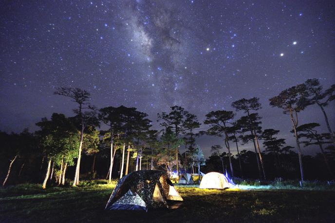 은하수 아래 텐트와 함께 캠핑