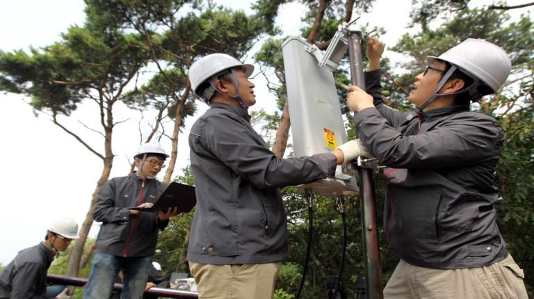 산에 통신 설비를 설치하는 kt 직원들