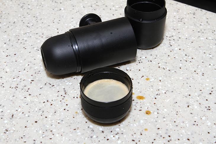 WACACO, minipresso GR, 와카코 ,미니프레소, 에스프레소 만들기,인테리어,커피만들기,커피머신,이런 제품 한번 꼭 써보고 싶었는데요. 만드는 재미가 있는 제품 입니다. WACACO minipresso GR 와카코 미니프레소 에스프레소 만들기를 해 봤습니다. 이 제품은 캡슐을 넣는 제품과 커피가루를 넣는 제품 두가지가 있습니다. WACACO minipresso GR는 커피가루를 넣는 형태 입니다. 커피콩을 갈아서 넣을 수 있죠. 야외에서 사용해보기 괜찮은 제품 이었는데요. 밖에서 방금 막 뽑은 신선한 에스프레소를 먹어보고 싶다면 해볼만 하죠.
