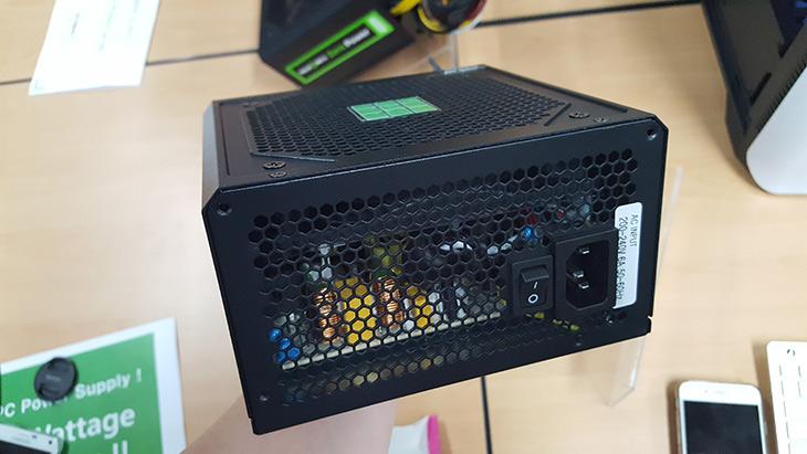 마이크로닉스 ,제로 파워, 대기전력, 0W ,실현 ,특허,IT,IT 제품리뷰,신기능이 들어간 제품을 보고 왔는데요. 컴퓨터 대기전력 사용량을 줄이고 PowerSupply의 수명도 늘려줍니다. 마이크로닉스 제로 파워는 대기전력 0W 를 구현하는 기술에 대해서 특허를 가지고 있습니다. 자체 개발한 칩셋을 이용해서 애프터쿨링은 물론 대기전력소모량을 0W (0.075W)를 구현했는데요. 어떤 시스템이든 마이크로닉스 제로 파워를 이용하면 대기전력소모량을 0W에 근접하게 할 수 있습니다. 이미 비슷한 기능이 다른 파워서플라이에서도 있다고 선전은 하고 있는데요.