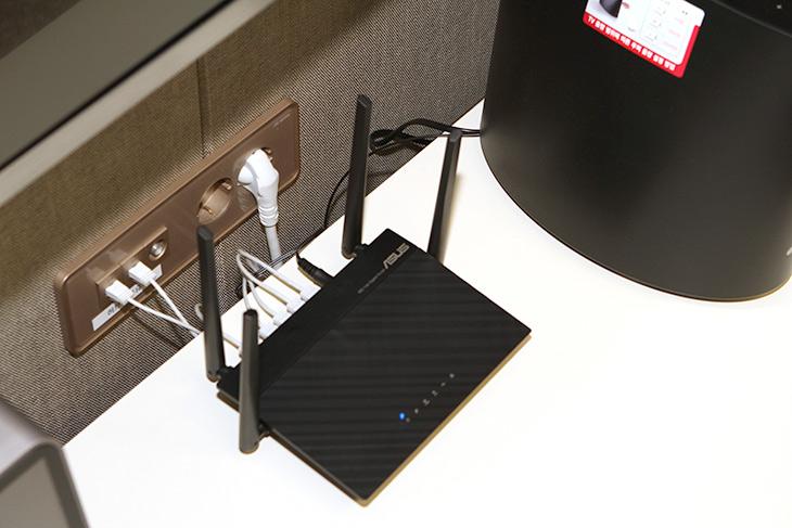 ASUS ,RT-AC58U ,작지만, 강력한 ,무선성능 ,벤치마크,IT,IT 제품리뷰,크기도 작고 전력소모량도 작았는데요. 근데 성능 꽤 좋네요. ASUS RT-AC58U 작지만 강력한 무선성능 벤치마크를 해봤는데요.AC1300을 지원하는 꽤 고성능의 제품 입니다. 물론 더 고가형의 에이수스 공유기와 비교해보면 사양적으로 조금 낮긴 하지만 그래도 충분하네요. ASUS RT-AC58U 공유기는 10만원대의 비교적 저렴한 가격으로 출시된 제품 인데요. 성능이 어느정도 되는지 아래에 여러가지 스마트폰들과 알아보겠습니다.