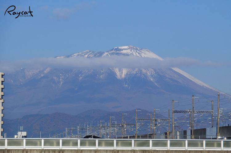 입동이라 눈이 내린 산