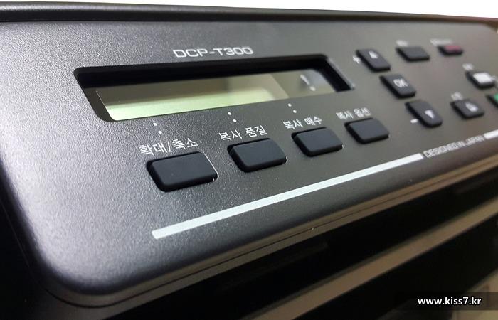 사진: 브라더코리아의 패널은 흑백이며 간단한 영어버전이다. 버튼은 한글이므로 버튼과 패널에 표시된 영어문장을 비교한다면 초보자에게도 사용에 큰 무리는 없다. [브라더프린터의 무한잉크프린터]